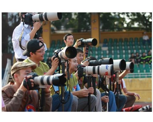 Một số ống kính lớn của Canon có màu trắng, tại sao?