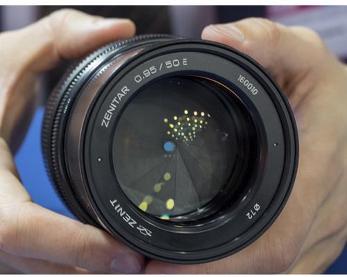 Hãng Zenit của Nga trở lại với 3 ống kính mới