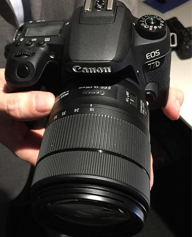 Trên tay máy ảnh Canon 77D